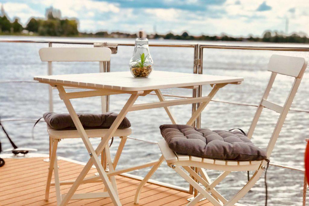 Hausboot Terrasse mit Möbeln